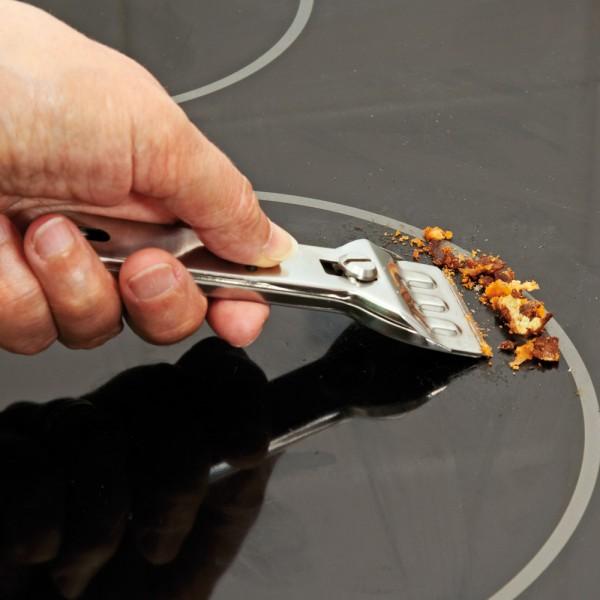 Sử dụng dao chuyên dụng vệ sinh mặt kính bếp